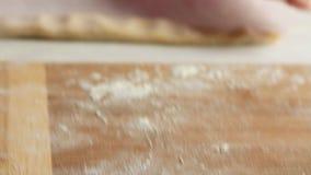 做面团和烹调健康食品的厨师在厨房里 股票录像