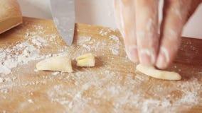 做面团和烹调健康食品的厨师在厨房里 股票视频