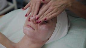 做面部按摩的专业美容师在美容院里 股票视频