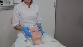 做面部按摩的专业美容师在美容院里 影视素材
