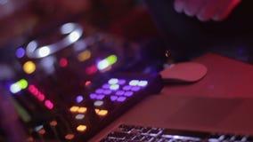 做音乐在混合的控制台和享受他的工作的专业dj 股票录像