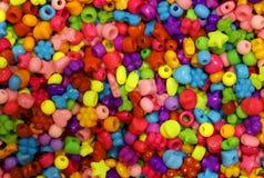 做项链的许多色的小珠 免版税库存照片