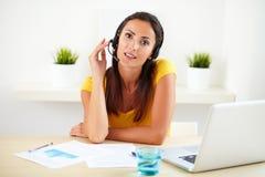 做顾客服务的女性雇员由电话 免版税图库摄影