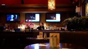 做顾客的女服务员的行动饮料在酒吧 影视素材