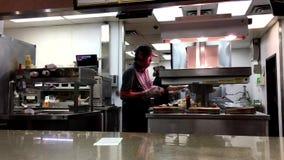 做顾客的工作者的行动汉堡包 股票录像