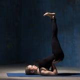 做颠倒的封印瑜伽姿势的美丽的瑜伽妇女 库存照片