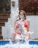 做飞溅用水的女孩 免版税图库摄影