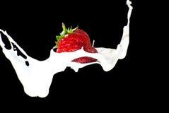 做飞溅草莓 图库摄影