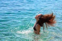 做飞溅水的女孩 库存图片