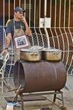 做食物的人在街市停留演出地 免版税图库摄影