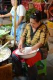 做食物的泰国妇女在街道 免版税库存图片