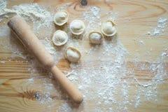 做饺子在一个木板 库存照片