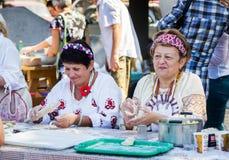 做饺子用土豆泥的妇女 库存图片