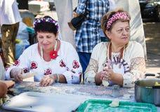 做饺子用土豆泥的妇女 库存照片