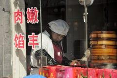 做饺子的妇女 免版税库存图片