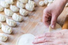 做饺子的过程 免版税图库摄影