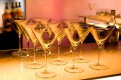 做马蒂尼鸡尾酒的鸡尾酒空的玻璃准备 免版税库存图片