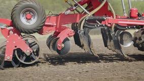 做驱散的农机种子 运转在领域的播种机器 股票录像