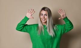 做高五用她的手的微笑的妇女 免版税库存照片