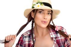 做鬼脸时髦的Frekled的女孩,当握她长的头发时 库存照片