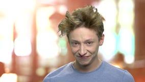 做鬼脸滑稽的青少年的男孩 股票录像