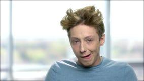 做鬼脸的粗鲁的青少年的男孩 股票视频