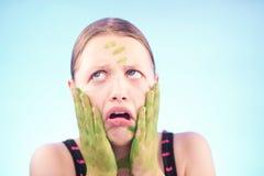 做鬼脸肮脏的青少年的女孩 免版税库存照片
