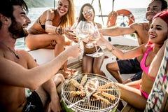 做鱼的朋友在游艇烤肉 图库摄影
