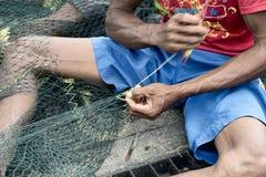 做鱼网的工匠在Probolinggo,印度尼西亚 免版税库存照片