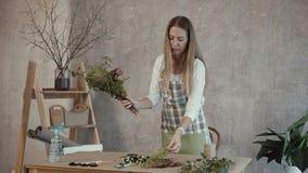 做鲜花花束安排的卖花人 股票视频