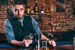 做鸡尾酒的专业侍酒者在餐馆或酒吧 时髦的男服务员画象酒吧的 库存图片