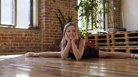 做麻线的黑芭蕾舞短裙的一位年轻迷人的芭蕾舞女演员在舞厅里 黑芭蕾舞短裙的亭亭玉立的舞蹈家芭蕾舞女演员 影视素材