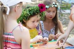 做黏土工艺的孩子 库存照片