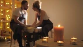做黏土水罐的弄脏男人和妇女在横式转盘 股票视频
