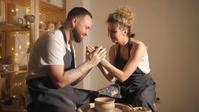 做黏土水罐的愉快的夫妇在横式转盘 股票视频