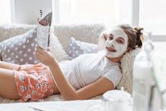 做黏土脸面护理面具的女孩 库存照片