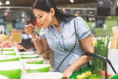 做购买的愉快的女性顾客在商店 免版税图库摄影