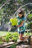做从事园艺的孩子 免版税图库摄影