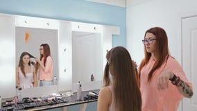 做年轻俏丽的妇女的专业美发师发型有长的头发的 股票视频