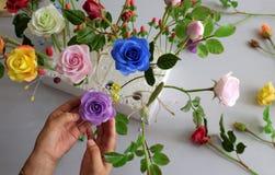 做黏土花,五颜六色的玫瑰花 库存照片