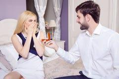 做结婚提议的英俊的人,当提供他的妻子定婚戒指时 库存图片
