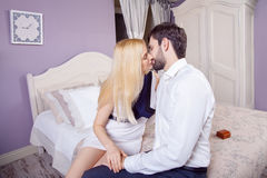 做结婚提议的英俊的人,当提供他的妻子定婚戒指时 图库摄影