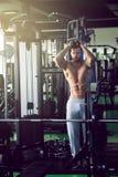 做绳索引伸锻炼的人 免版税库存照片