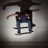 做滑板把戏的溜冰板者 库存照片
