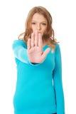 做终止妇女年轻人的姿态 免版税库存图片
