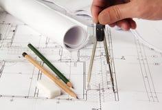 做更正的建筑师在计划 库存图片