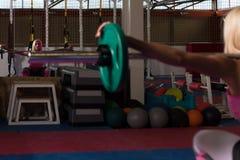 做锻炼前面蹲坐的健身妇女 图库摄影