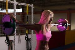 做锻炼前面蹲坐的少妇 库存照片