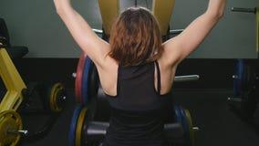 做锻炼的后面观点的一个训练的女孩 股票视频