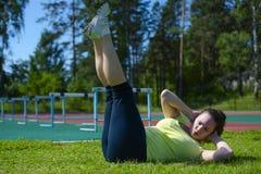 做锻炼的少妇在体育场 库存图片